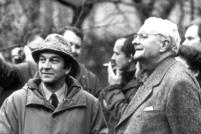 Anton Schweighofer (vlevo) a Lubomír Šlapeta se studenty TU Wien na zahradě rodinného domu Jana a Jindřišky Mišauerových (arch. L. Šlapeta 1939) v Olomouci, listopad 1978.