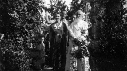 (Boris a Žena s dědou Nikolajem v Crikvenici, 1935.)