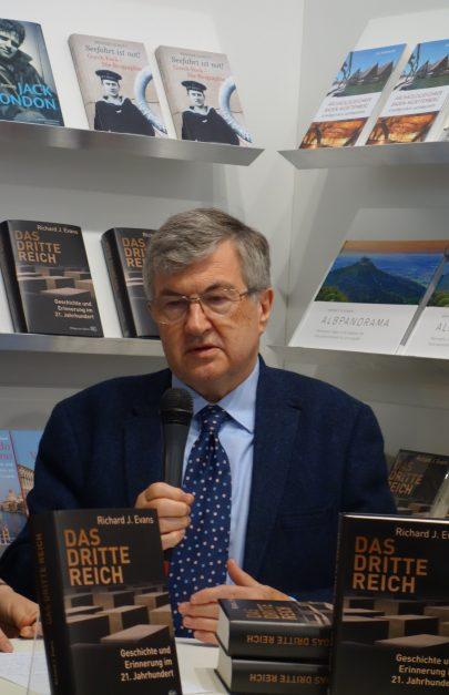 Profesor Richard J. Evans představuje svou knihu The Third Reich na knižním veletrhu ve Frankfurtu, říjen 2016. Foto Martin Lindner, Creative Commons.