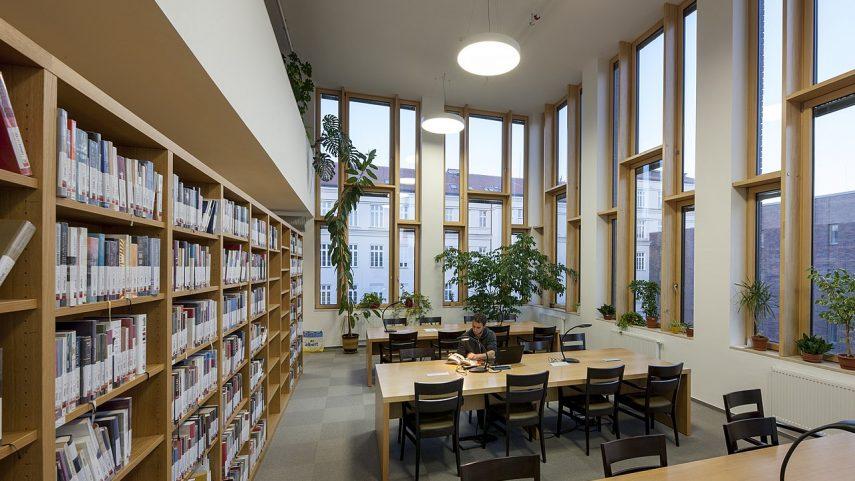 Knihovna Historického ústavu Masarykovy univerzity, výřez. Foto: Ondřej Neuba, Wikimedia Commons.