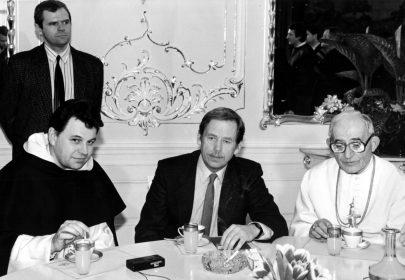 Dominik Duka s Václavem Havlem a opatem Vítem Tajovským.