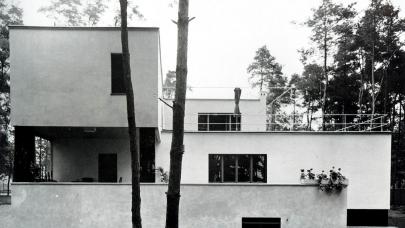Vlastní dům Waltera Gropia (1926) a jeho soudobá rekonstrukce (2010–2014). Repro: Valena, T.: Vztahy – O vazbě k místu v architektuře (2018), s. 175. (obr. 2)