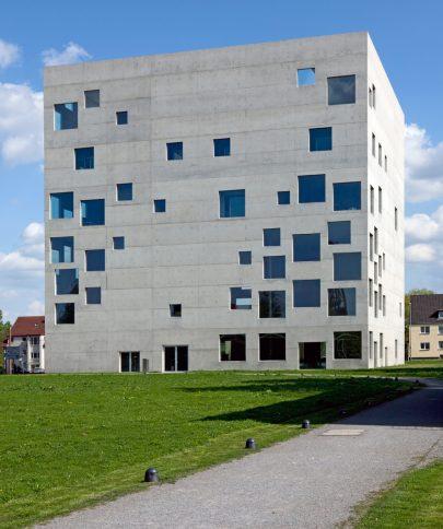 Zollverein, Škola managementu a designu postavená v Essenu v Německu podle návrhu japonského ateliéru SANAA, 2006. Repro: https://commons.wikimedia.org/wiki/File:Sanaa-essen-Zollverein- School-of-Management-and-Design-220409-02.jpg. (obr. 3)