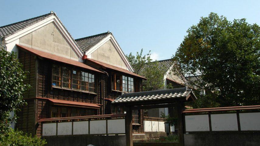 Kampus střední a vysoké školy Eishin Higashino v Tokiu od Christophera Alexandera, 90. léta 20. století. Repro: http:// permatecture.blogspot.com/2013/04/eishin-campus.html. (obr. 4)