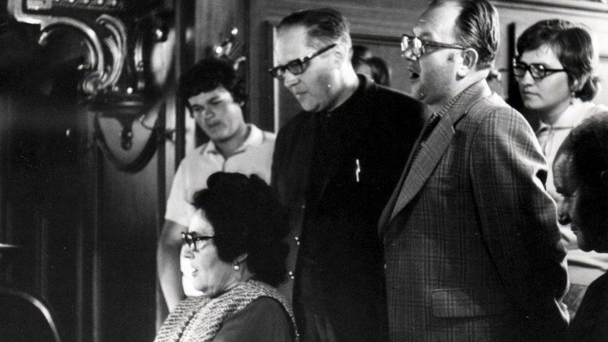 Otec Stanislav Krátký (stojící uprostřed) u varhan v katolickém kostele v rumunském Temešváru, při zájezdu kunštátské farnosti 27. srpna 1976 (archiv E. Severy).