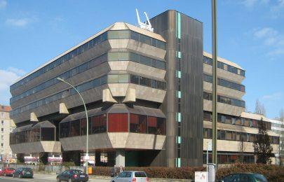 Budova českého velvyslanectví v Berlíně, Wilhelmstrasse (architekti Věra a Vladimír Machoninovi, 1974–1978). Foto: Jörg Zägel, 2010, Wikimedia Commons.