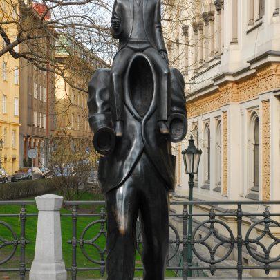 Pomník Franze Kafky, bronz, 2003.