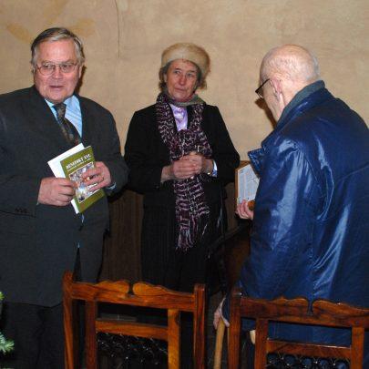 Manželé Halasovi předávají otci Krátkému kompletní český překlad Jeruzalémské bible v Mikulově na konci roku 2009 (foto A. Filip).