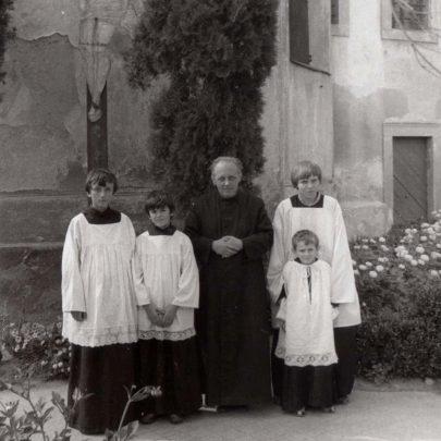 S ministranty v Hrádku u Znojma, asi r. 1979, ještě před opravou kostela (archiv J. Horáka).