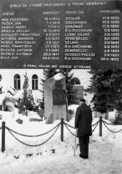 Před pomníkem obětí politických procesů 50. let v Jihlavě, kolem r. 2008 (foto V. Hortvík).