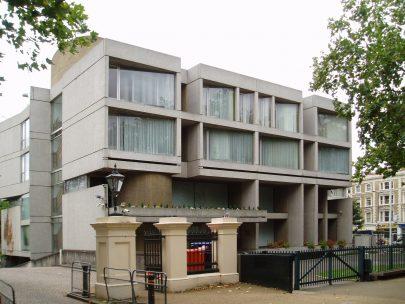 Budova velvyslanectví Slovenské republiky v Londýně (architekti Jan Bočan, Jan Šrámek, Karel Štěpánský, 1968–1970). Foto: Steve Cadman, 2008, Wikimedia Commons.