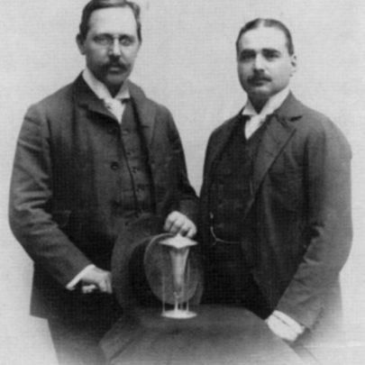 Josef Hoffmann a Friedrich Waerndorfer s prvním stříbrným výrobkem (1903).