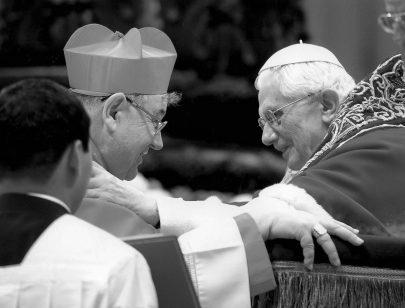 Dominik Duka přebírá kardinálskou hodnost z rukou Benedikta XVI. dne 18. 2. 2012 v bazilice sv. Petra v Římě. Foto: soukromý archiv D. Duky.