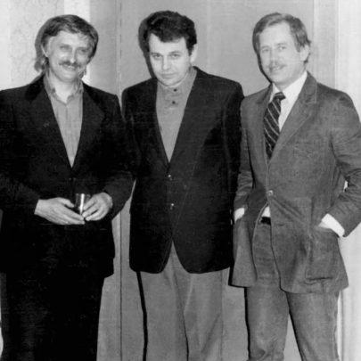 Dominik Duka v roce 1986 na oslavě 50. narozenin Václava Havla společně s dalším bývalým spoluvězněm Jiřím Dienstbierem. Foto: soukromý archiv D. Duky.