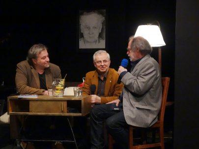 Andrzej Babuchowski (uprostřed) na autorském večeru Miloše Doležala (vlevo) v Ratiboři, 2017.
