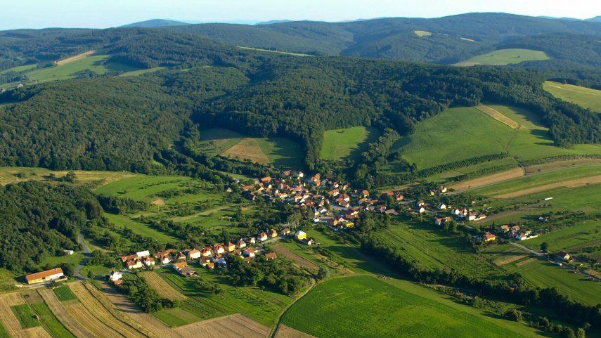 Letecký pohled na Hostětín. Foto Michal Stránský, Wikimedia Commons.