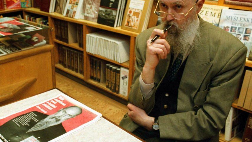 Zeno Kaprál na autogramiádě své knihy v roce 1999. Foto: René Volfík, zdroj ČTK.