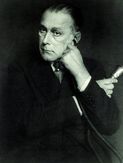 Adolf Loos s naslouchacím přístrojem, kolem toku 1930. Repro: Long (2017), s. 164.