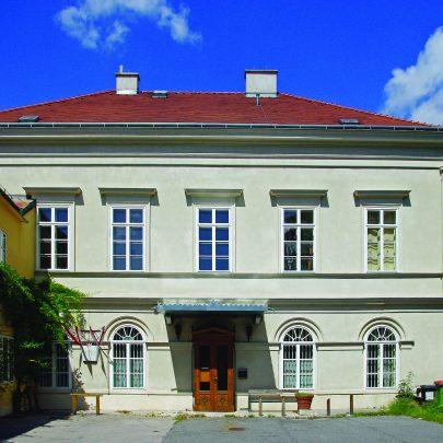 Biedermeierovská vila Wertheimstein, Vídeň, Döblinger Hauptstrasse 96, 1934–1935. Repro: Wikimedia Commons. (obr. 18a)