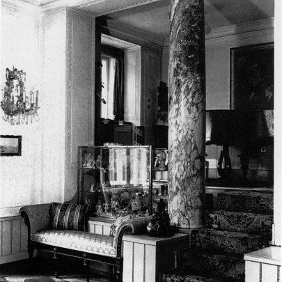 Adolf Loos: salon ve Strasserově vile, 1918–1919. Adolf Loos Archiv, Albertina, Vídeň. Repro Long (2019), s. 106. (obr. 22)