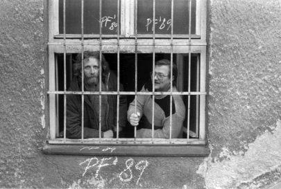 S Peterem Scherhauferem v okně kanceláře Divadla na provázku v suterénu Domu umění na konci roku 1988.