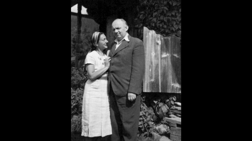 Stanisław a Irena Vincenzovi před domem v Bystřeci, 1936.