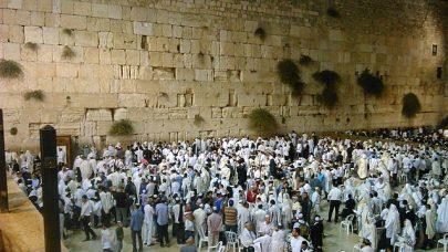 Zeď nářků během modlitby. Foto Wikimedia Commons.